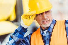 Pracownik budowlany w hardhat zdjęcie royalty free