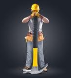 Pracownik budowlany w hełmie z narzędziem i młotem Zdjęcia Royalty Free