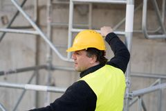 Pracownik budowlany wspina się drabinę fotografia stock