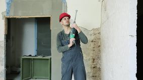 Pracownik budowlany z perforatorem zbiory