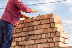 Pracownik buduje ściana z cegieł w domu zdjęcie royalty free