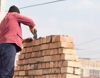Pracownik buduje ściana z cegieł w domu zdjęcie stock