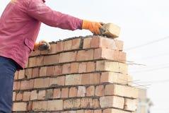 Pracownik buduje ściana z cegieł w domu obraz royalty free