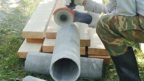 Pracownik, cięcia drymba od azbesta zdjęcie wideo