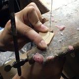 Pracownik ciie plastikowego akrylowego używa wyrzynarka krajacza na Zdjęcia Stock