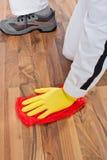 Pracownik czyścić drewnianej podłoga zdjęcia royalty free