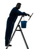 Pracownik czyścić nadokiennego cleaner sylwetkę Zdjęcia Stock
