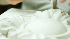 Pracownik czyści gipsowego ornament Elegancki ornament na gipsie Barok stylowa dekoracja zdjęcie wideo