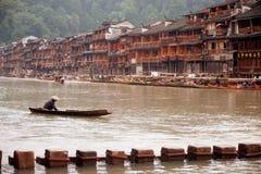 Pracownik czyści up rzekę w Fenghuang antycznym mieście Zdjęcia Royalty Free
