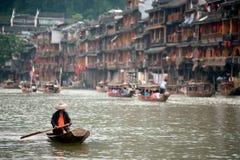 Pracownik czyści up rzekę w Fenghuang antycznym mieście Obraz Stock
