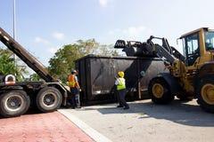 Pracownik czyści up po Huraganowego Irma Zdjęcie Stock