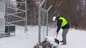Pracownik czyste śnieżne pobliskie bramy zdjęcie wideo