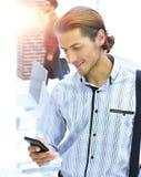 Pracownik czyta wiadomość tekstową na smartphone Zdjęcie Royalty Free