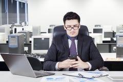 Pracownik czyta wiadomość w biurowym pokoju Zdjęcia Royalty Free