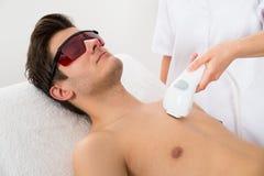 Pracownik Daje mężczyzna laseru epilaci Zdjęcia Royalty Free