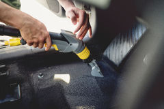 pracownik, detailer vacuuming samochodowy wnętrze dywan, używać parową próżnię obrazy royalty free