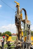 Pracownik Działa Geotermiczną Wiertniczą maszynę Fotografia Royalty Free