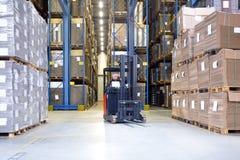 Pracownik Egzamininuje zapas W Forklift Zdjęcia Royalty Free