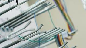 Pracownik fabryczny ręki łączą elektrycznych druty zdjęcie wideo
