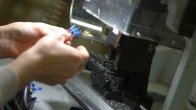 Pracownik fabryczny ręki pracują na maszynowych i łączą elektrycznych drutach zbiory wideo