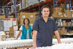 Pracownik Fabryczny Sprawdza towary Na linii produkcyjnej Zdjęcie Royalty Free