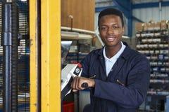 Pracownik Fabryczny Używa Zasilanego Forklift Ładować towary Obraz Royalty Free
