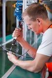 Pracownik fabryczny z pneumatycznym śrubokrętem Zdjęcia Royalty Free