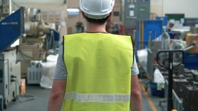 Pracownik fabryczny z zbawczym ci??kiego kapeluszu odprowadzeniem przez przemys?owych udost?pnie? zdjęcie wideo