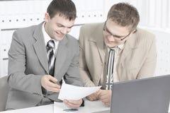 Pracownik firma dyskutuje pieniężnych dokumenty obraz royalty free