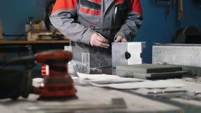 Pracownik gromadzić metal część ręką z cążkami, narzędzia dla mleć metal i metali szczegóły w przedpolu zdjęcie wideo