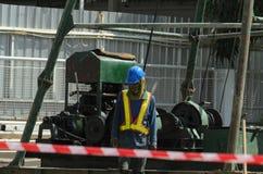 Pracownik i budowa żurawie Zdjęcia Royalty Free