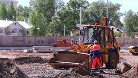 Pracownik i ciągniki na budowie zdjęcie wideo