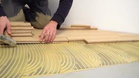 Pracownik instaluje drewniany parkietowego zbiory