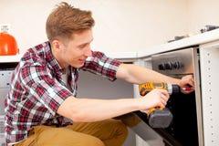 Pracownik instaluje elektryczną kuchenkę obraz stock
