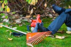 Pracownik jest odpoczynkowy, świntuchu i pracujący rękawiczka, zdjęcia stock