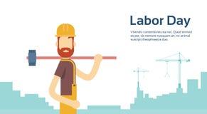 Pracownik Jest ubranym Ciężkiego kapelusz Z Dużym młotem, budowniczego Przemysłowy tło, Międzynarodowa święto pracy kopii przestr royalty ilustracja