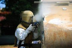 Pracownik jest usuwa farbę lotniczego naciska piaska wysadzać Obrazy Royalty Free
