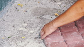 Pracownik Kłaść Brukowych kamienie używać młot swobodny ruch zbiory wideo