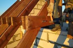 Pracownik klascze stadniny z młotem na flisakach, buduje dach obraz stock