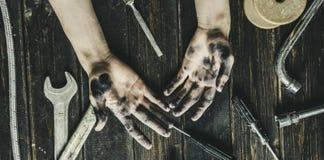 Pracownik klasowej osoby zmroku brudne ręki na drewnianym stole z narzędzia wyposażeniem f obraz stock