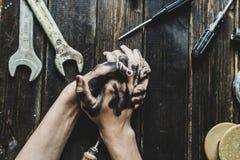Pracownik klasowej osoby zmroku brudne ręki na drewnianym stole z narzędzia wyposażeniem f obrazy royalty free