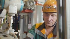 Pracownik kontrola ciśnieniowi metry przeciw rezerwuarom zbiory
