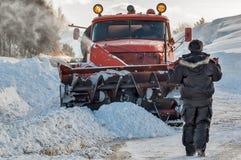 Pracownik kontroluje śnieżnego cleaning proces Zdjęcie Stock