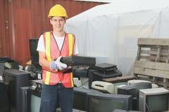 Pracownik który dalej przetwarza centrum przetwarzający rzecz Zdjęcia Stock