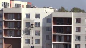 Pracownik maluje nowe mieszkanie domu ściany na specjalnym dźwignięciu zbiory wideo