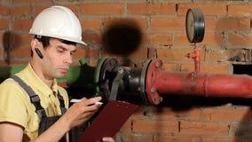 Pracownik mierzy temperaturę grzejna drymba z laserowym pirometrem Nagrywa metrowych czytania zbiory wideo