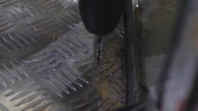 Pracownik musztruje dziury w prześcieradle aluminium wiertniczy genialny metal z elektrycznym świderem Zakończenie remontowa prac zbiory