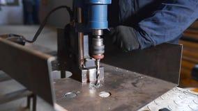 Pracownik musztruje szkotowego metal wiertniczą maszyną, metalu rozcięcie z udziałem iskry, metal iskry, pracownik na roślinie zdjęcie wideo