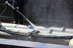 Pracownik myje fontannę z przenośną pralką w wiośnie, St Petersburg zdjęcia stock