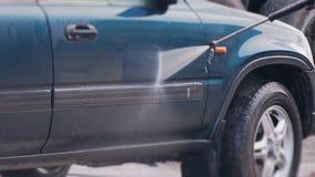 Pracownik myje samochód w górę gruntownie zbiory wideo